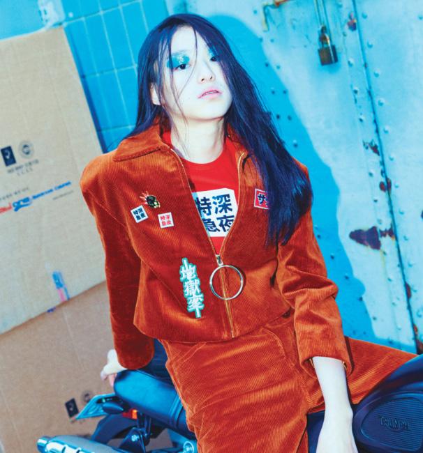 패치 장식의 코듀로이 재킷과 팬츠, 빨간색 티셔츠는 Hyein Seo 제품.