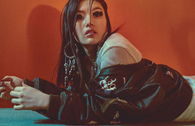 여러 가지 심벌이 담긴 새틴 소재 항공점퍼는 Hyein Seo, 시어한 소재의 니트 톱과 새틴 드레스는 Calvin Klein Collection, 보헤미안풍의 실버 이어링은 H&M 제품.