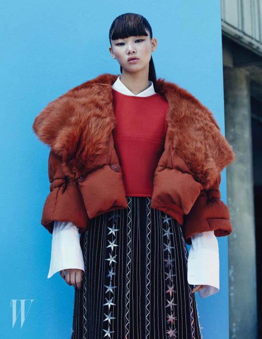 퍼 장식의 오렌지색 패딩 재킷은 4백85만원, 빨간색 크롭트 톱은 1백59만원, 둘 다 펜디 제품. 별 모티프 장식의 주름 스커트는 샤넬 제품. 가격 미정. 소매가 긴 화이트 셔츠는 렉토 제품. 18만7천원.