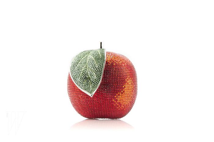 '백설공주' 속 주요 오브제인 사과를 모티프로 한 주디스 리버의 2013 가을 컬렉션 미노디에르 클러치.