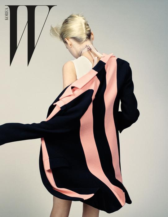 분홍색 줄무늬 패턴이 장식된 코트와 코튼 소재 드레스, 초커 네크리스는 모두 Dior 제품.