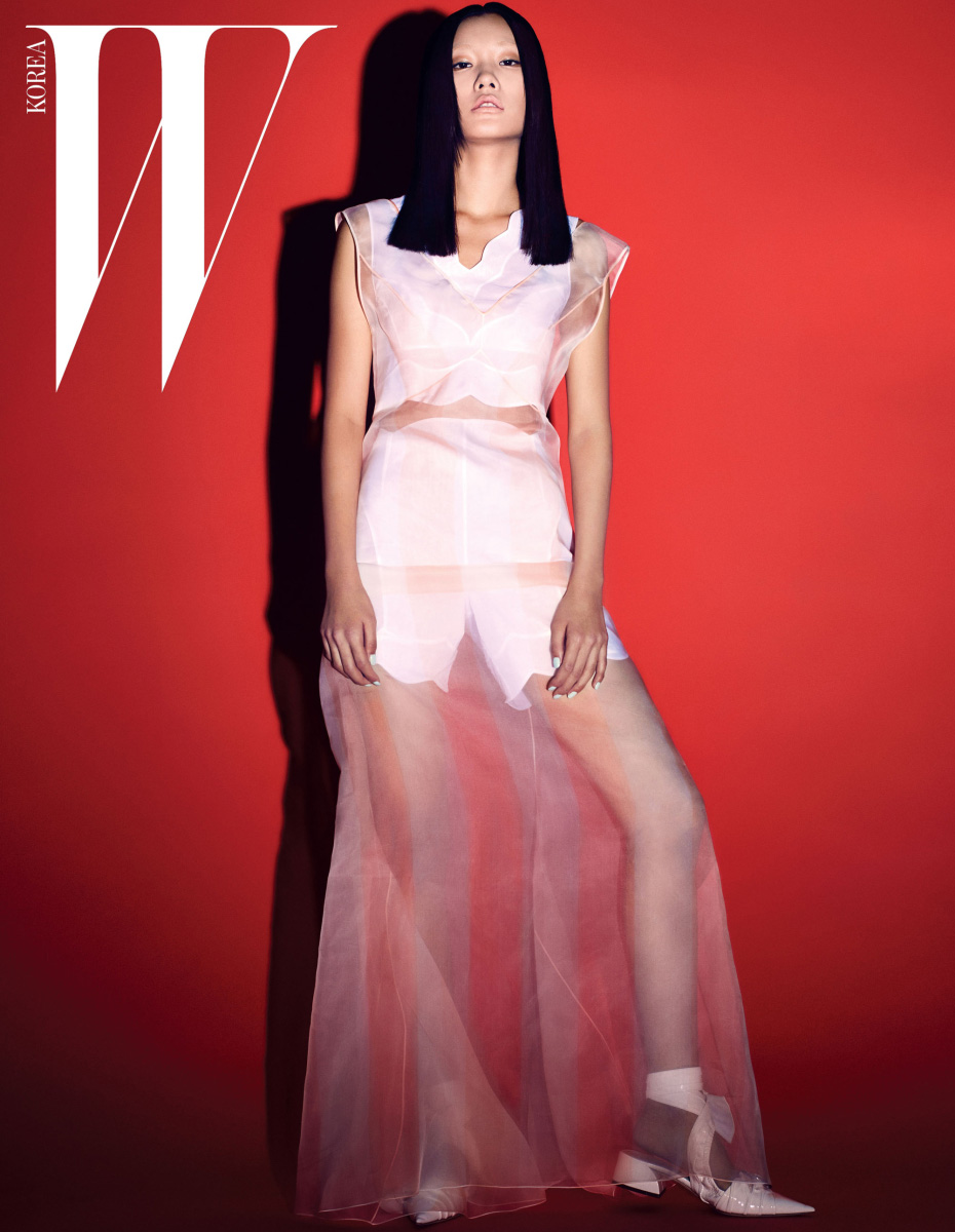 피치빛이 도는 시스루 드레스와 안에 입은 하얀색 크롭트 톱과 하이웨이스트 쇼츠, 페이턴트 소재의 리본 장식 스트랩 힐은 모두 Dior 제품.