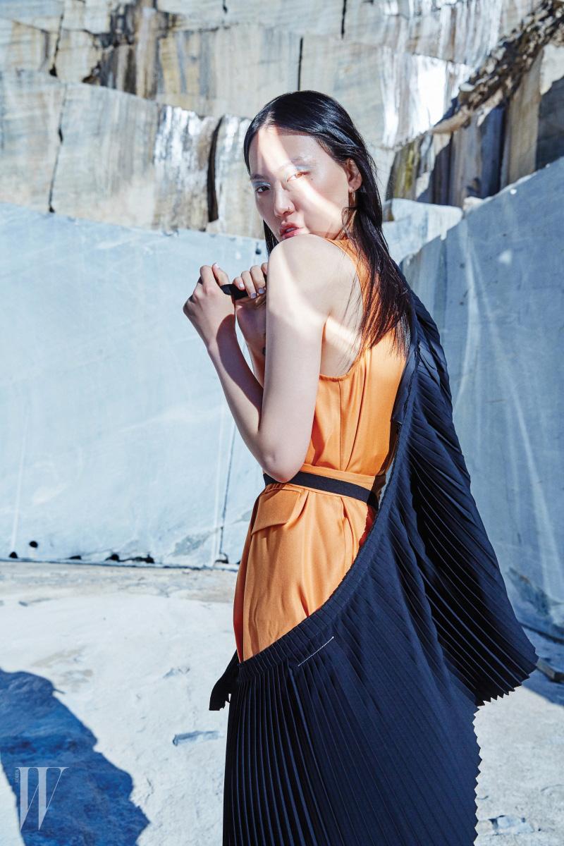 벨티드 장식의 주홍색 셔츠 드레스, 다양하게 스타일링할 수 있는 주름 장식 랩스커트는 MM6 제품.