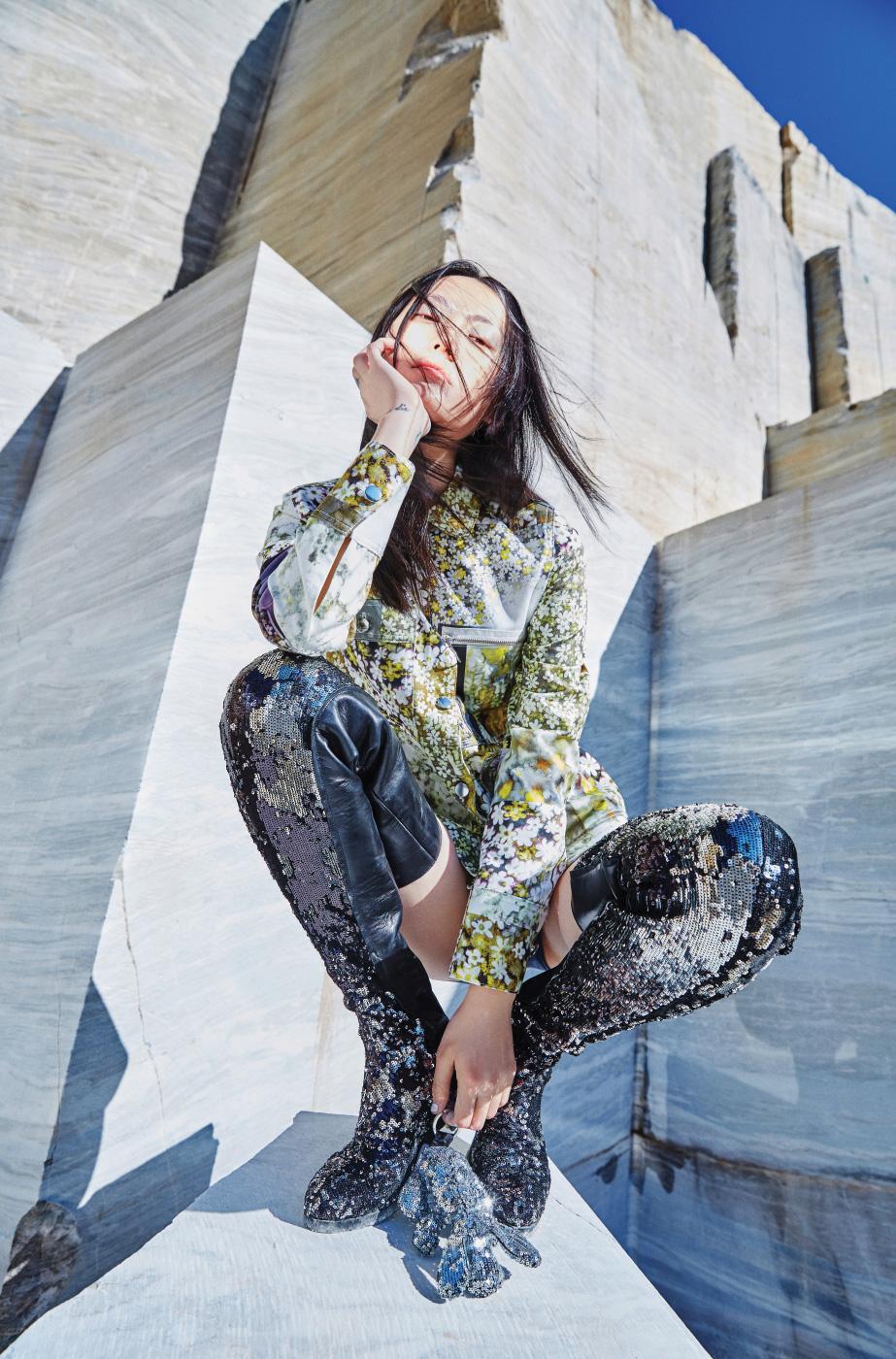 잔잔한 꽃무늬를 그래픽적으로 활용한 버튼 장식 재킷, 스팽글이 뒤덮인 사이하이 가죽 부츠, 강아지 모양 인형 키링은 모두 MM6 제품.