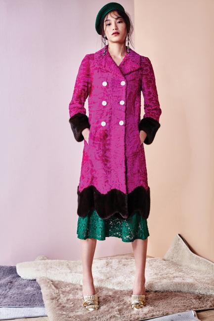 핫 핑크 컬러의 모피 코트는 5천만원대, 금색 로퍼 슈즈는 97만원.