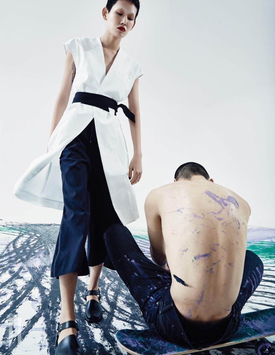 면 소재의 하얀색 기모노 드레스, 옆면의 봉제선이 포인트인 7부 팬츠, 검은색 앵클 스트랩 슈즈는 모두 Each x Other 제품.