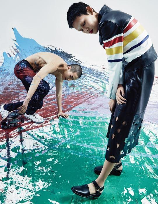 아티스트 카스텔바작의 양가죽 재킷, 레이저 커팅의 양가죽 스커트, 검은색 앵클 스트랩 슈즈는 모두 Each x Other 제품
