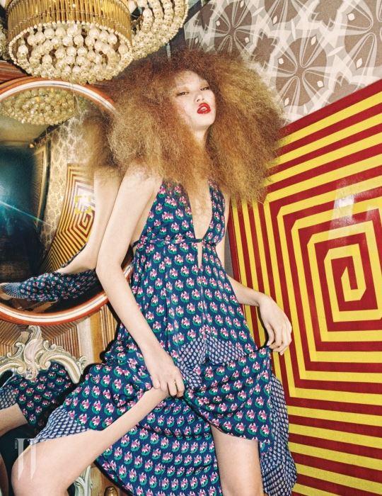 가슴이 깊게 파인 홀터넥 꽃무늬 드레스는 모두 DVF 제품.