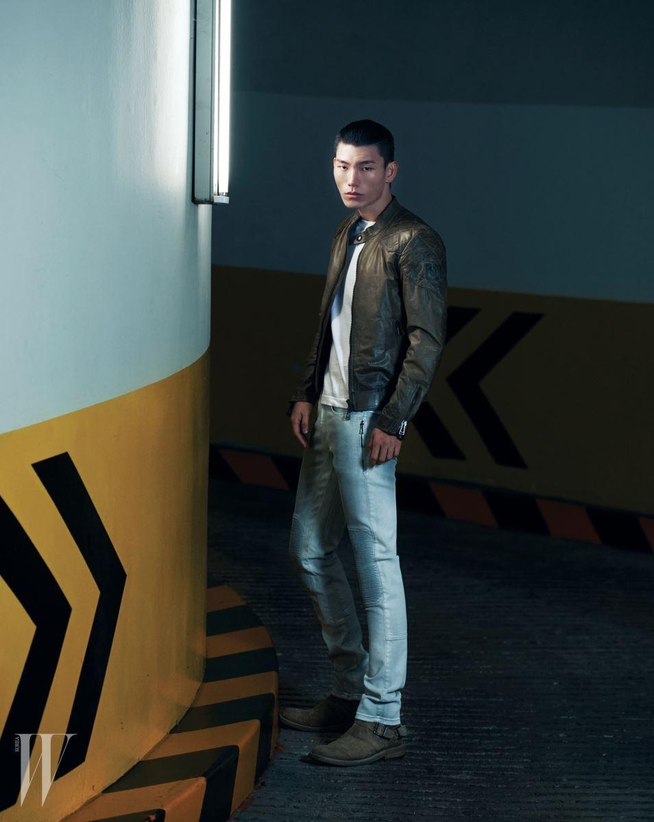 남성적인 무드의 가죽 재킷, 기본 디자인의 티셔츠, 무릎 부분의 장식이 인상적인 터프한 데님 팬츠, 스웨이드 소재 앵클부츠는 모두 Belstaff 제품.