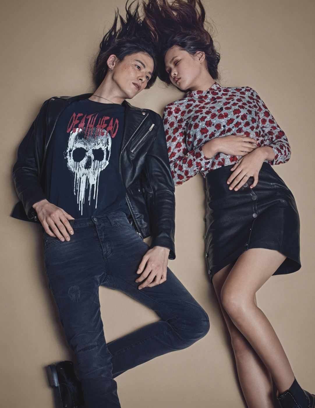 앨리스가 입은 장미 문양 블라우스와 메탈 버튼 장식의 가죽 스커트, 김원중이 입은 해골 프린트 티셔츠와 가죽 재킷, 블랙 데님 팬츠는 모두 The Kooples 제품.