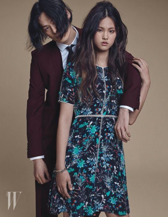 앨리스가 입은 컬러풀한 프린트 원피스, 김원중이 입은 화이트 셔츠와 와인색 슈트와 베스트는 모두 The Kooples 제품.