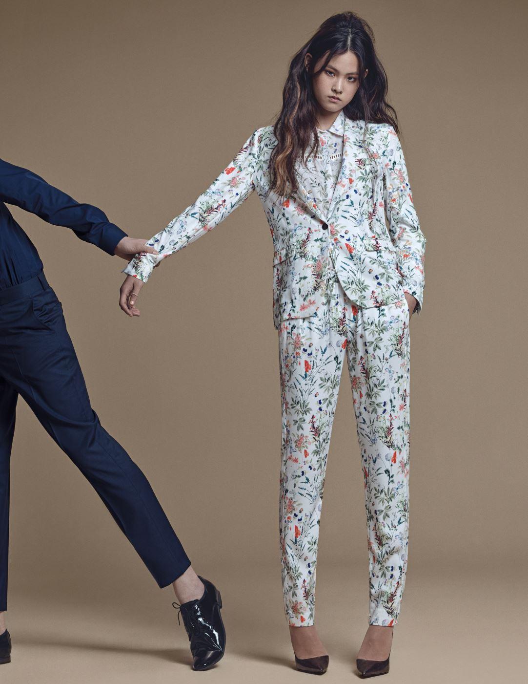 앨리스가 입은 꽃무늬 셔츠, 슈트, 김원중이 입은 네이비 셔츠와 팬츠는 모두 The Kooples 제품.