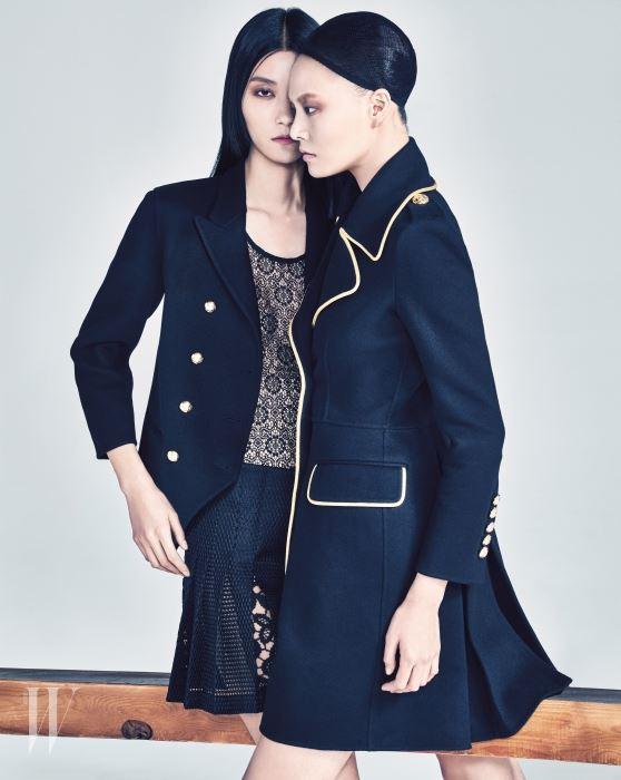 박지혜가 입은 캐시미어 밀리터리 재킷, 안에 입은 검은색 레이스 톱, 실크 레이스 킬트 스커트, 이수진이 입은 골드 라이닝 밀리터리 코트는 Burberry Prorsum 제품.
