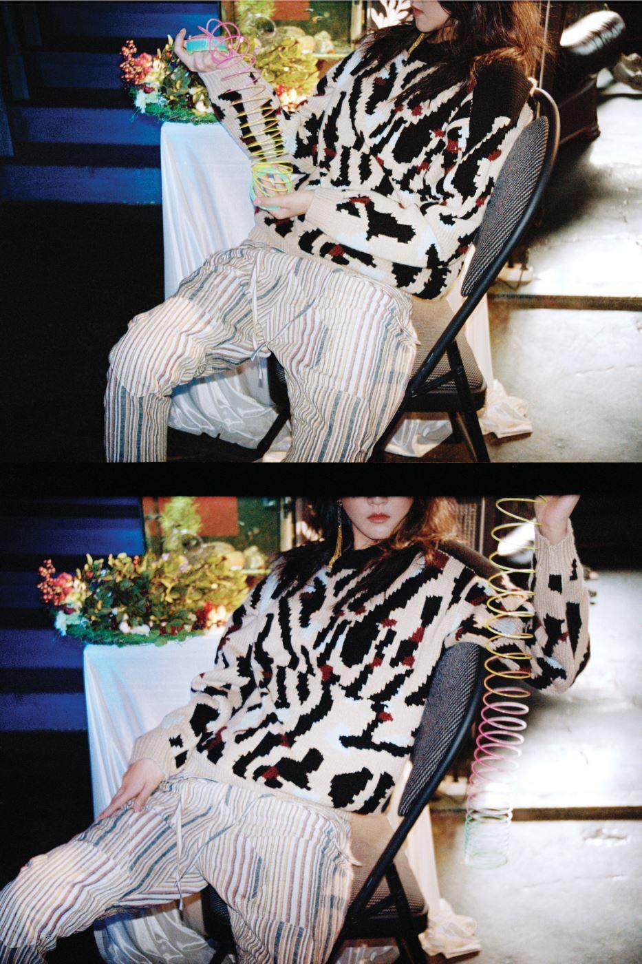 레오퍼드 프린트를 그래픽적으로 표현한 니트 풀오버와 여유로운 실루엣의 줄무늬 팬츠는 Chloe 제품. 귀고리는 에디터 소장품.