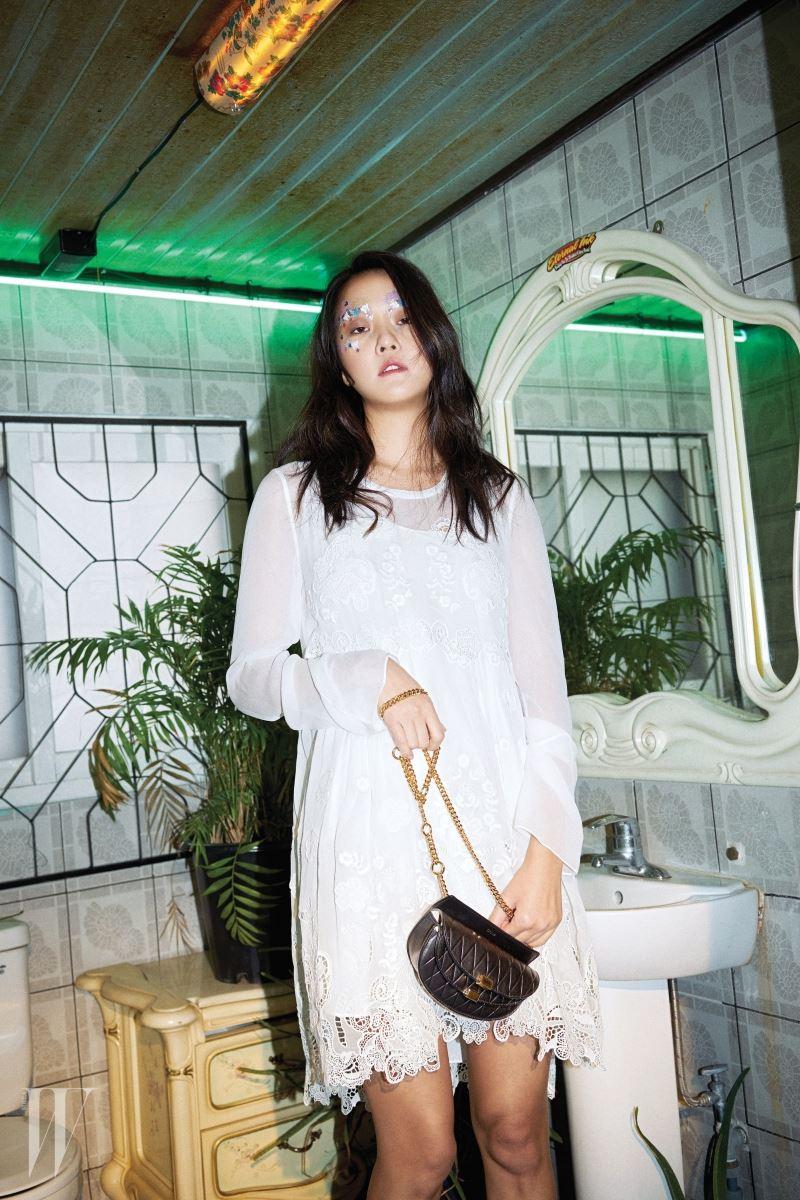 순백의 레이스 장식 미니 드레스와 체인 장식의 검정 미니 사이즈 조지아(Georgia) 백은 Chloe 제품.