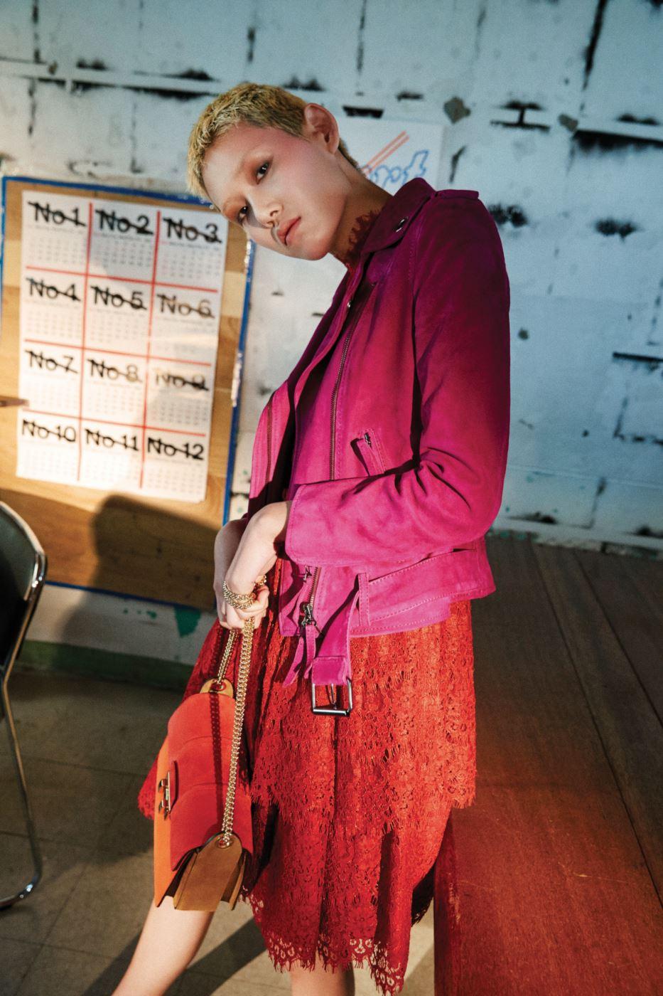 염소가죽 소재의 스웨이듸 바이커 재킷과 빨간색 레이스 드레스, 빨강과 주황 배색의 스웨이드 소재 지지백은 모두 Lanvin제품.