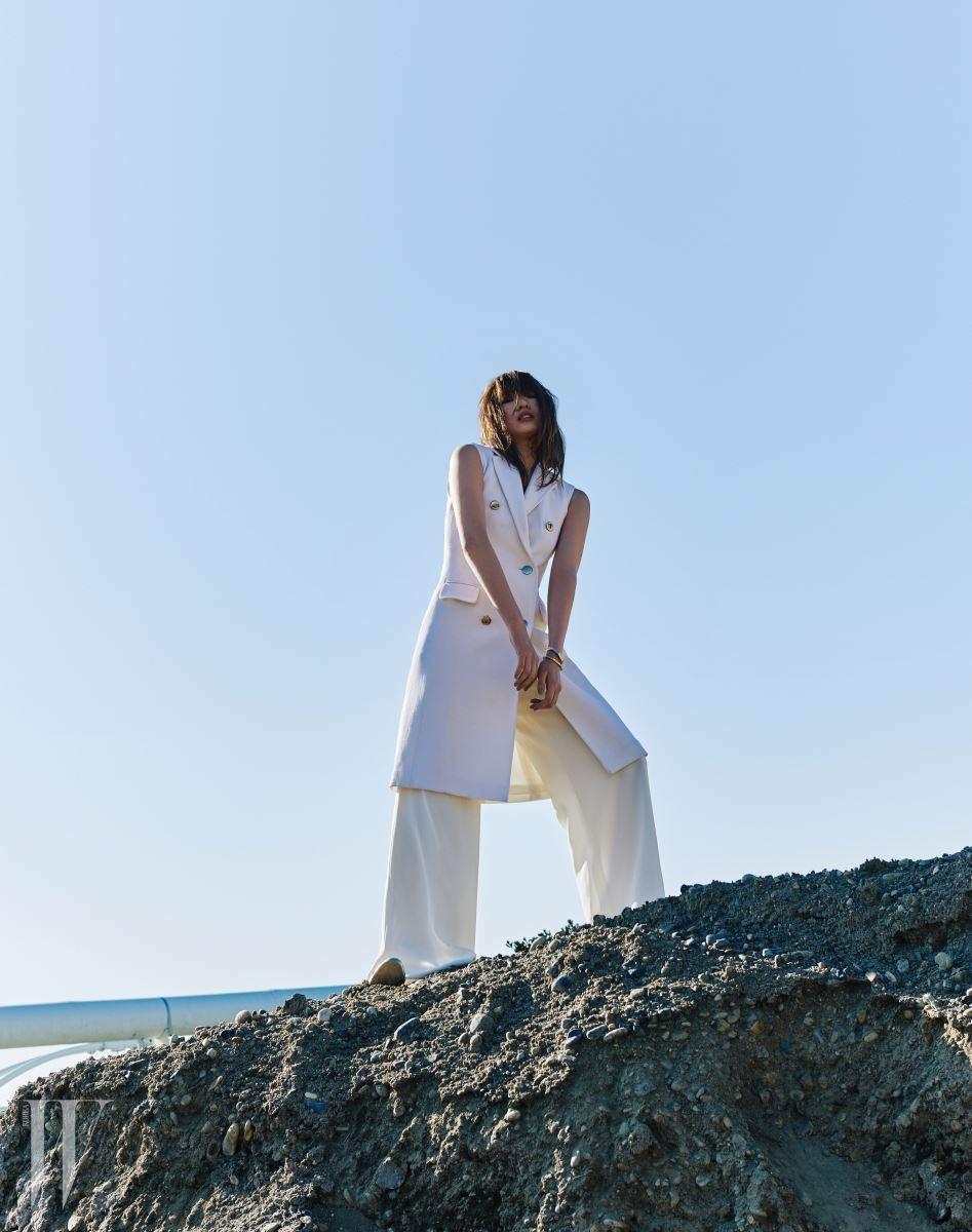 울 소재의 새하얀 베스트와 와이드 팬츠는 모두 에스카다 제품. 각 2백30만원대, 1백20만원대. 뱅글은 펜디 제품. 71만원.