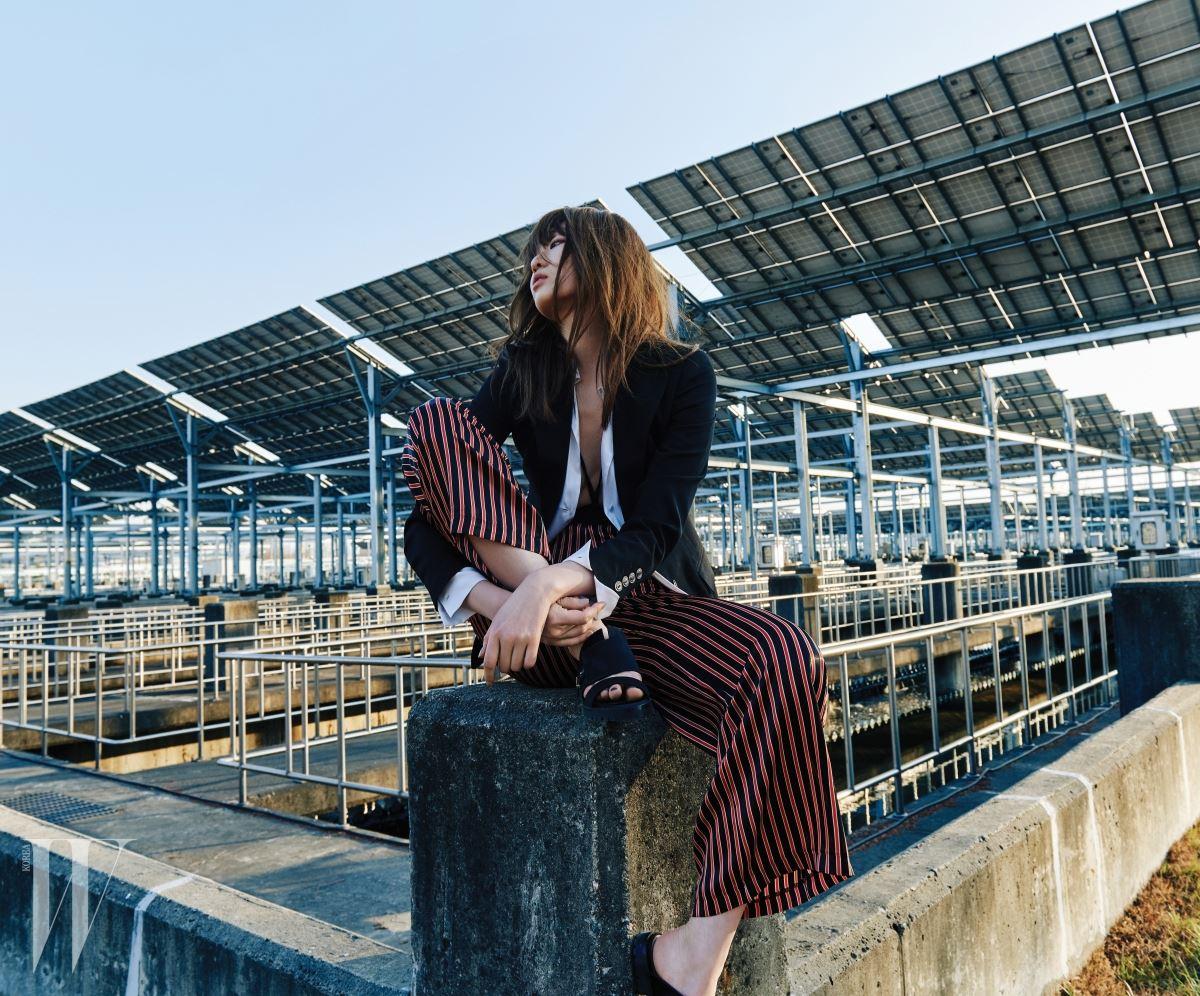 줄무늬 팬츠는 로켓 런치 제품. 7만8천원. 검정 재킷은 돌체&가바나 제품. 2백만원대. 흰색 실크 셔츠는 DKNY 제품. 59만5천원. 안에 입은 스윔슈트는 에르메스 제품. 가격 미정. 검은색 슬라이드는 휴고 보스 제품. 가격 미정.