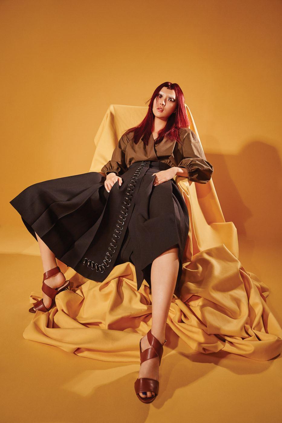 가죽 스티치 장식을 가미한 포켓이 독특한 드레스, 데님 효과를 준 실크 헤어피스, 여러 가지 색감이 섞인 T 바 샌들은 모두 Fendi  제품.