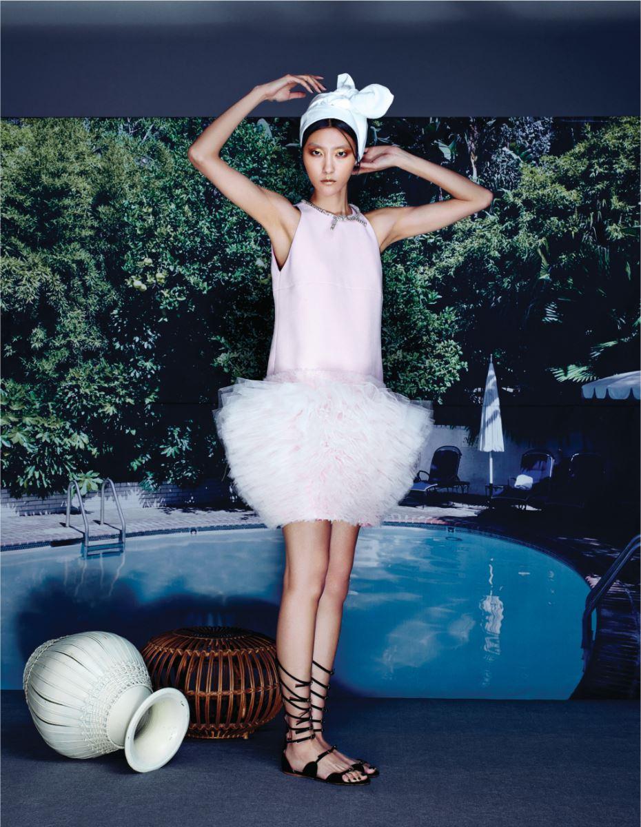 네크라인 부분을 주얼로 장식한 사랑스러운 분홍빛 튤 드레스는 Giambattista Valli Couture, 버클 장식 글래디에이터 슈즈는 Giambattista Valli 제품.