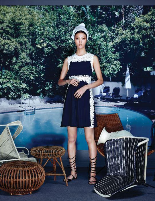 꽃무늬 레이스 장식이 연결된 검은색 미니 드레스와 버클 장식 글래디에이터 슈즈는 Giambattista Valli 제품.