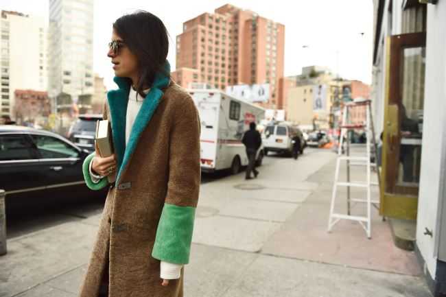 색 배합이 멋진 털 코트로 지나가던 이들을 돌아보게 만든 리엔드라 매딘.