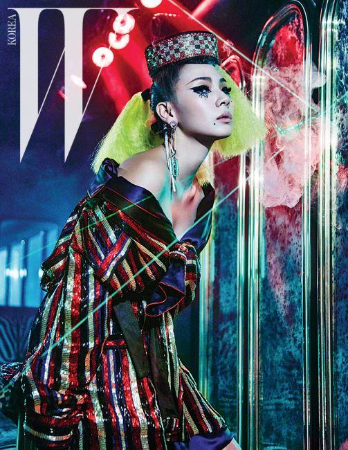 실크 라이닝을 덧댄 화려한 비즈 장식 파자마 재킷, 옷핀과 면도칼 장식의 이어링과 이어커프, 크리스털 장식 모자는 모두 Jean Paul Gaultier Couture 제품. ww-