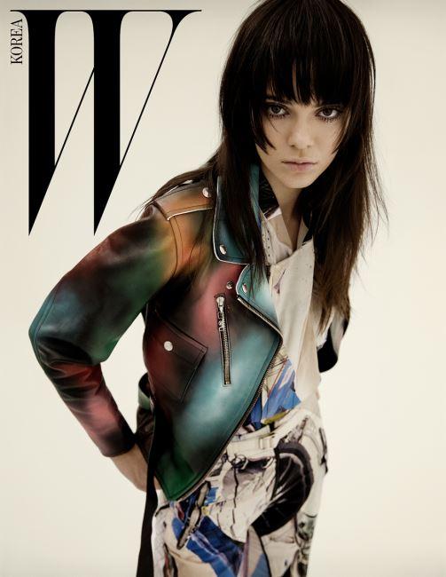 스프레이 효과의 그러데이션 기법이 돋보이는 가죽 바이커 재킷, 그래픽 프린트의 실크 톱과 팬츠는 모두 Louis Vuitton 제품.
