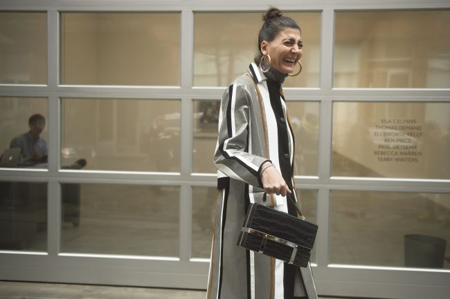 프라다 2016 S/S 코트를 입고 활짝 웃는 미국 의 지오바나 바탈리아.