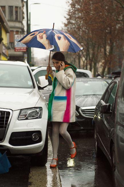 키치한 우산과 컬러블록 스트라이프 아우터의 재미있는 조화!