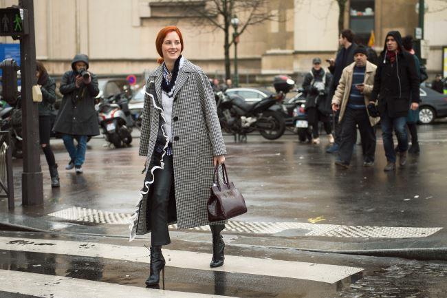 사랑스러운 미우미우의 러플 장식 깅엄 코트를 가죽 팬츠와 매치한 테일러 토마시 힐.