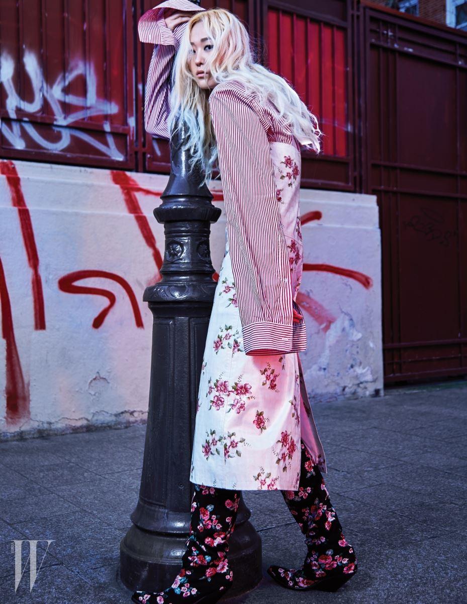 소매가 긴 줄무늬 셔츠와 꽃무늬 에이프런 드레스, 꽃무늬 웨스턴 부츠는 모두 베트멍 제품.