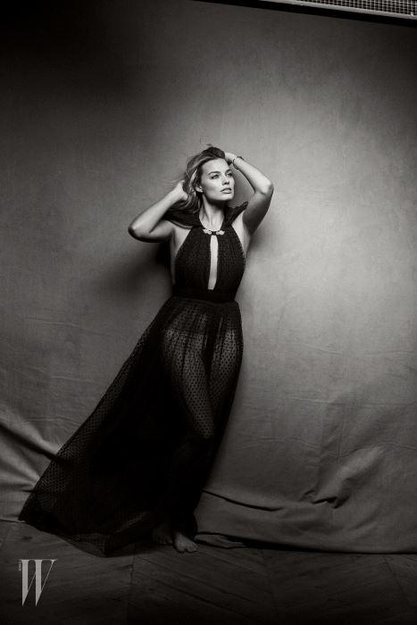 드레스는 Burberry, 팔찌는 Cartier 제품