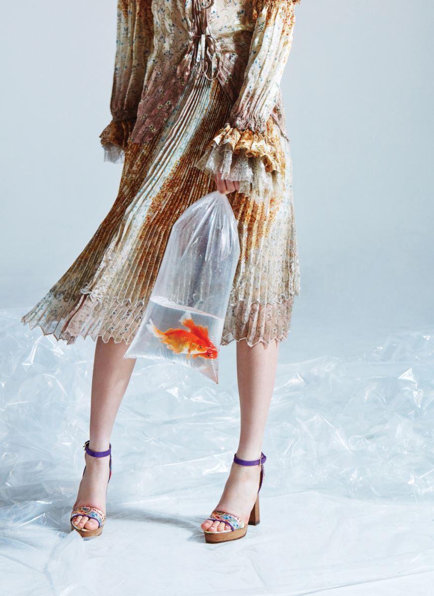 소매에 화려한 러플 장식이 달린 블라우스, 꽃무늬 시폰 주름 스커트, 동양적인 페이즐리 패턴의 앵클 스트랩 슈즈는 모두 에트로 제품. 블라우스는 4백10만원, 스커트는 5백90만원, 슈즈는 가격 미정