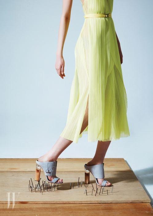 하늘거리는 노란색 시폰 드레스, 나무와 아크릴의 조합이 만들어낸 오묘한 굽이 특징인 회색 뮬은 휴고 보스 제품. 가격 미정