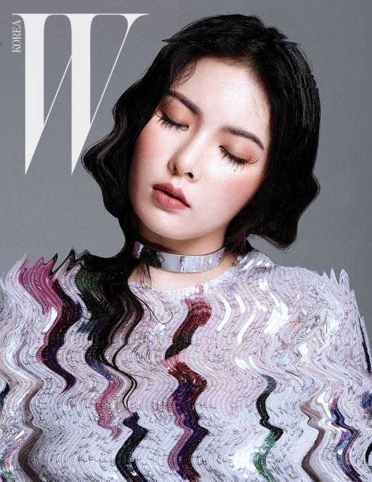 은은하게 빛나는 스팽글 장식 드레스는 Escada 제품, 미니멀한 실버 초커는 Davide Choi 제품.