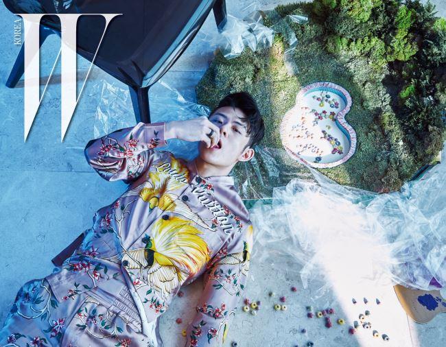 꽃과 새가 프린트된 실크 셔츠와 반바지는 Louis Vuitton 제품. 씨리얼이 담겨 있는 수영장 모형은 IAB의 작품.