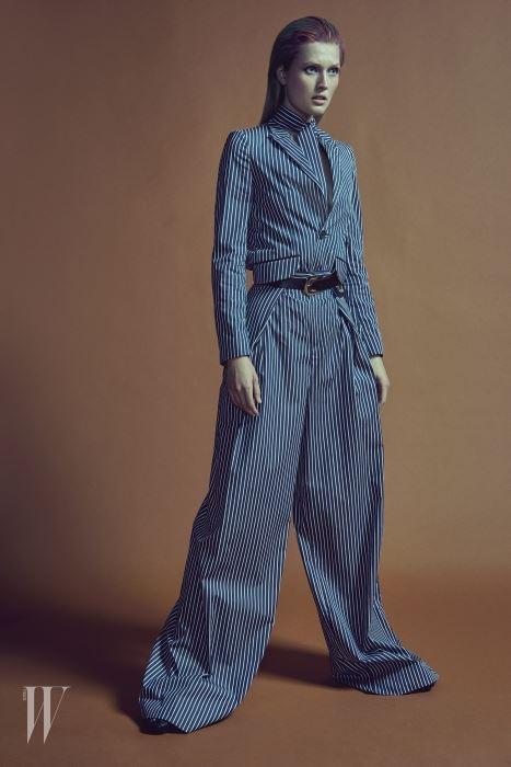 줄무늬 재킷과 맥시 팬츠, 스카프로 연출한 줄무늬 벨트, 가죽 벨트, 슈즈는 모두 Tod's 제품.