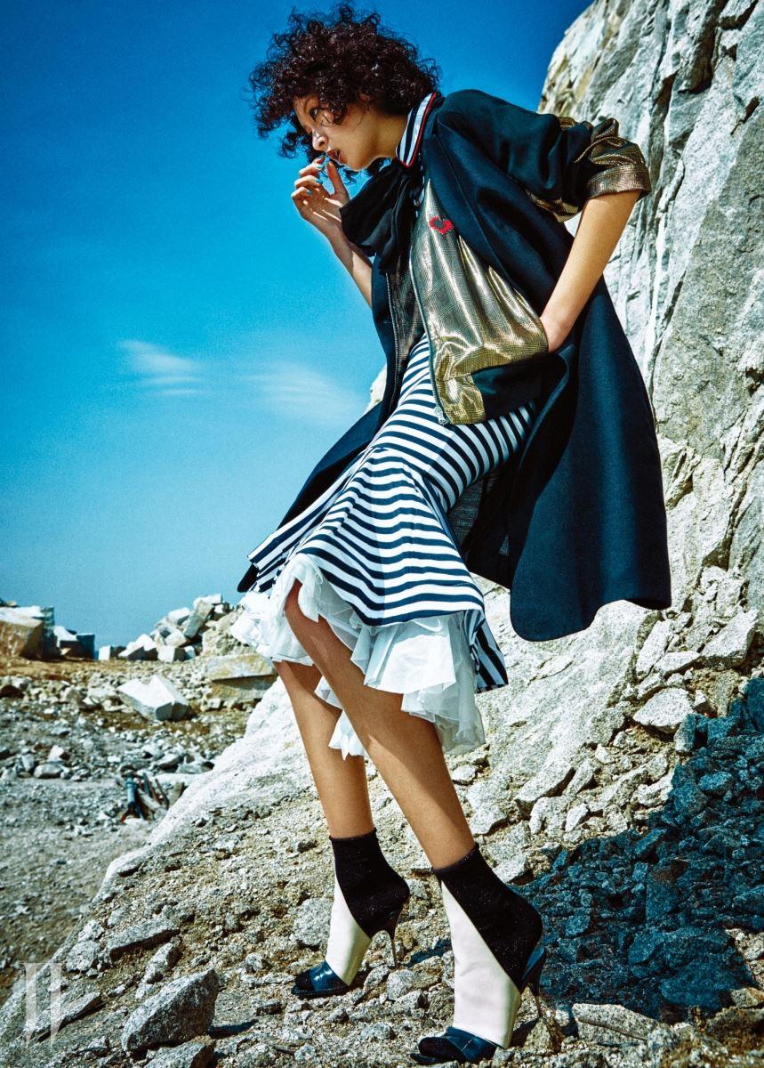 개더를 여러 개 잡아 밑단을 풍성하게 만든 저지 드레스는 나타샤 진코 by 톰그레이하운드 제품. 1백83만원. 금색 블루종은 럭키슈에뜨 제품. 49만8천원. 검은색 베스트는 에르메스 제품. 가격 미정. 목에 두른 리본 형태의 스카프는 생로랑 제품. 가격 미정. 과감한 커팅이 돋보이는 오픈토 힐은 발렌시아가 제품. 1백20만원대.