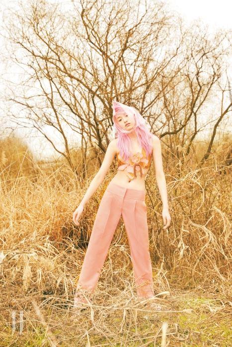 꽃 장식이 돋보이는 가죽 소재 브라톱, 핑크색 팬츠는 모두 Emporio Armani 제품.