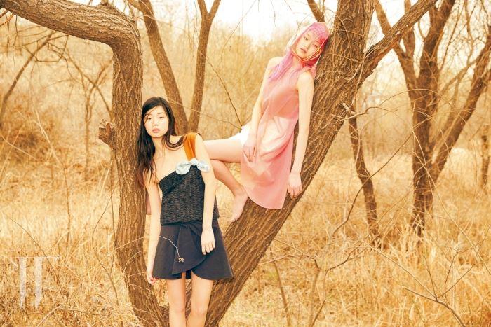 김승희가 입은 독특한 질감의 톱과 여성스러운 스커트, 김설희가 입은 투명한 소재의 핑크색 톱과 쇼트 팬츠는 모두 Emporio Armani 제품.