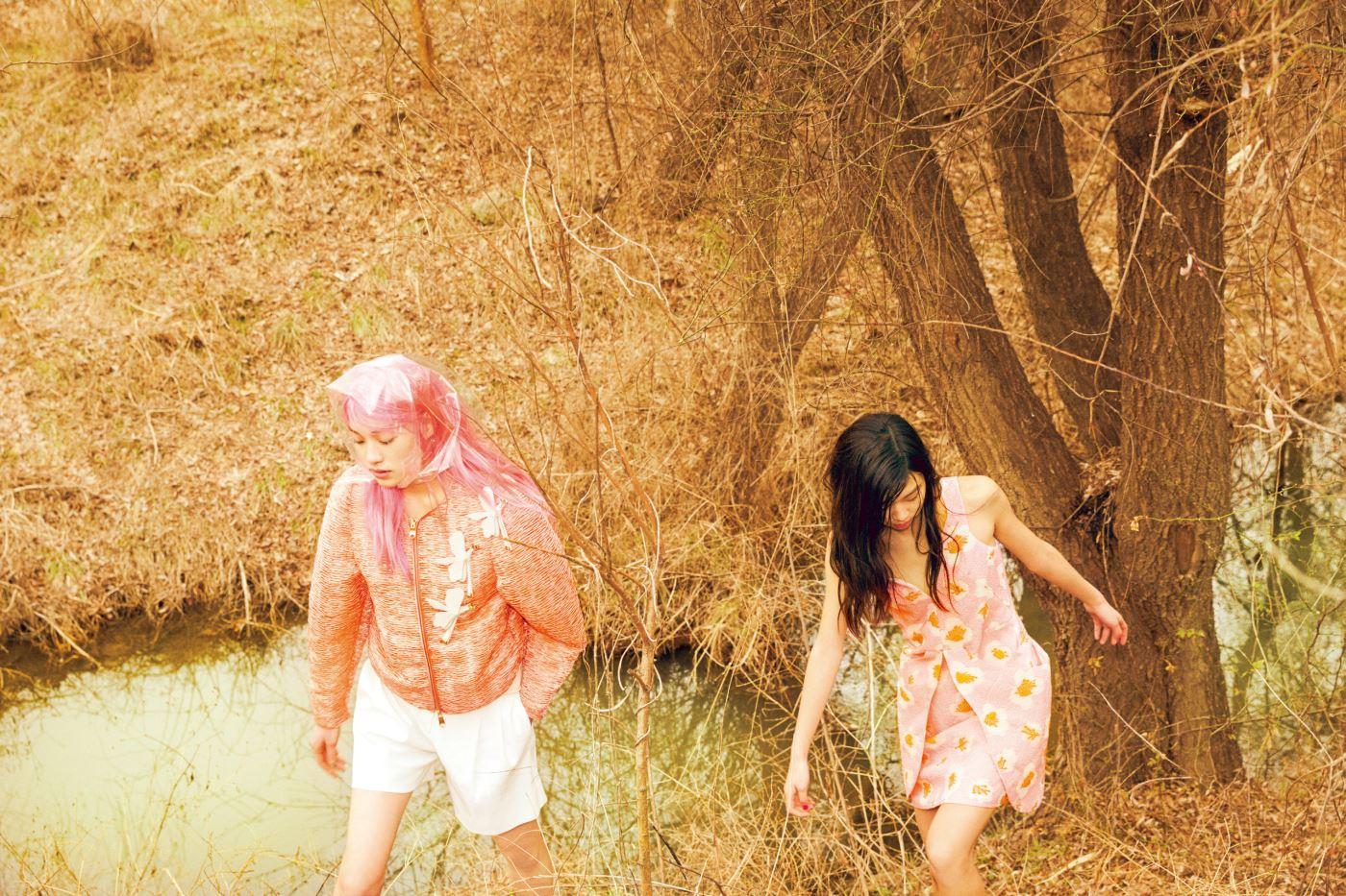 김설희가 입은 독특한 질감의 점퍼와 나비 문양 브로치들, 김승희가 입은 로맨틱한 프린트의 미니 드레스는 모두 Emporio Armani 제품.