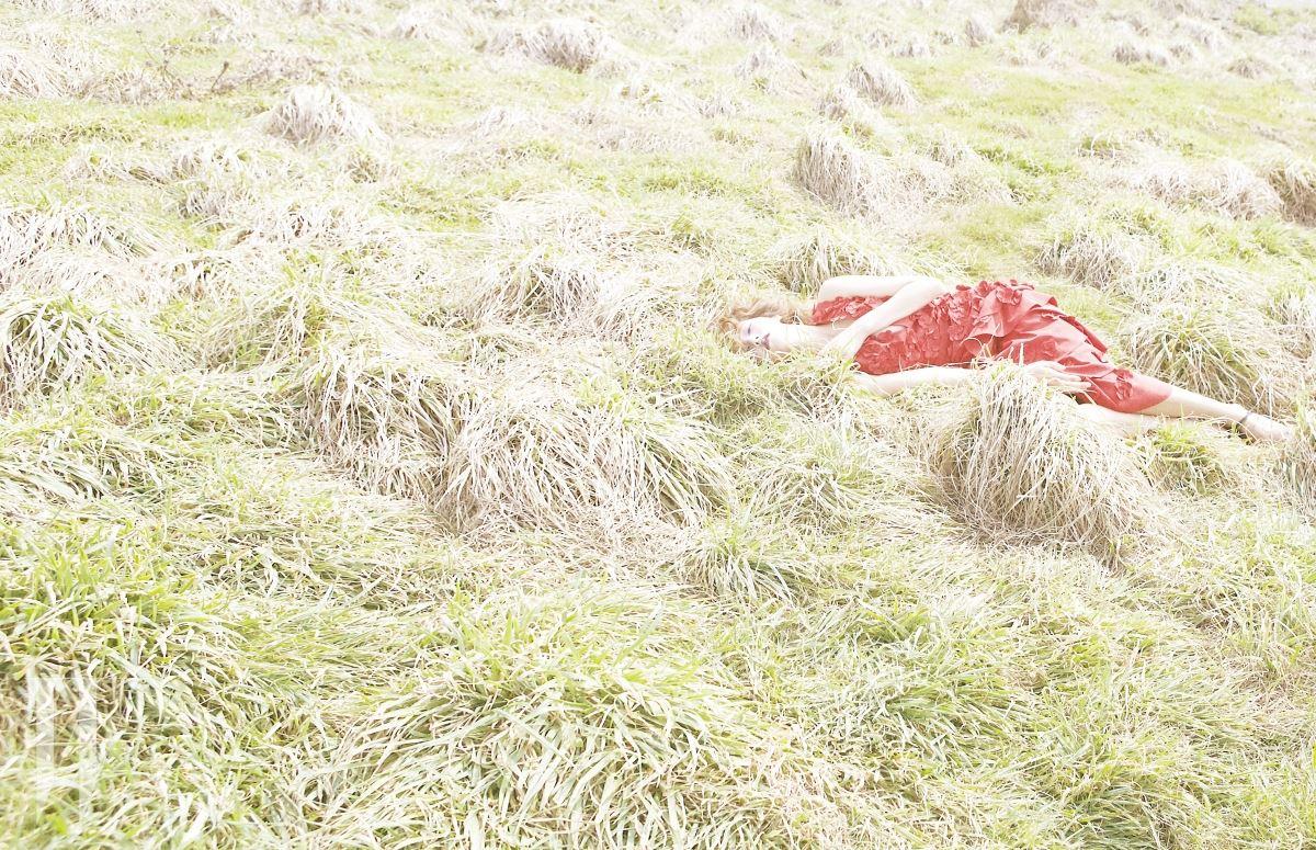 클레비지 라인이 돋보이는 꽃 아플리케 장식 빨강 드레스, 앵클 스트랩 슈즈는 Michael Kors Collection 제품.