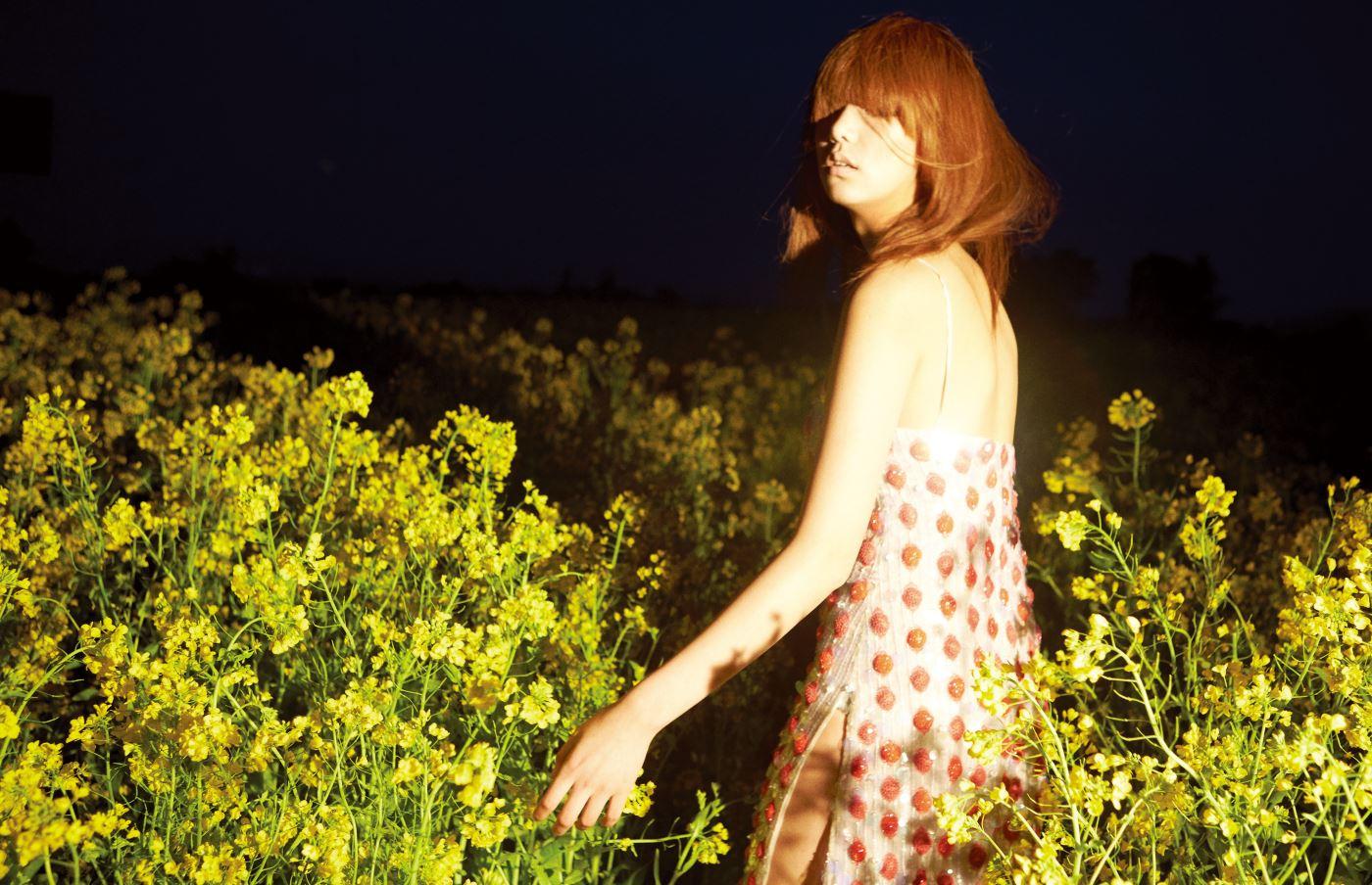 비즈로 이루어진 감각적인 도트 슬립 드레스는 Giorgio Armani 제품.