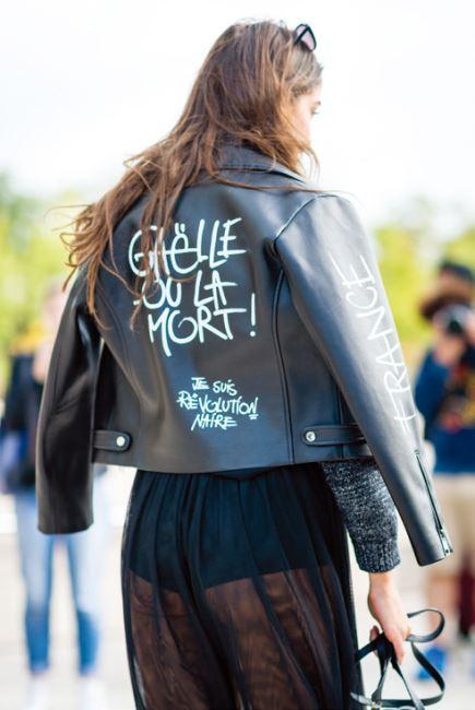 전위적인 문구가 담긴 라이더 재킷을 입은 패션 피플.