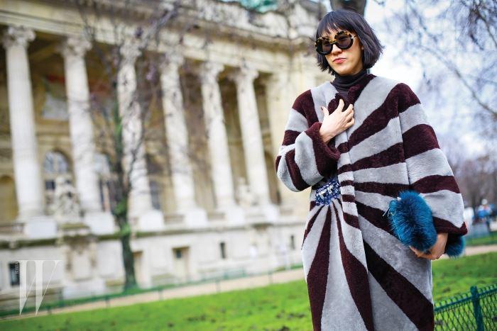 안야 힌드마치의 코트를 입고 쇼장으로 향하는 길.