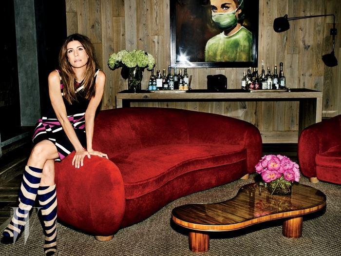 리처드 프린스의 '할리우드의 간호사(2003)' 앞에서 포즈를 취한 아스펜의 미술품 수집가 가브리엘라 가르사. 앉아 있는 소파는 장 로예르의 작품이다. 드레스와 부츠는 랑방 제품.