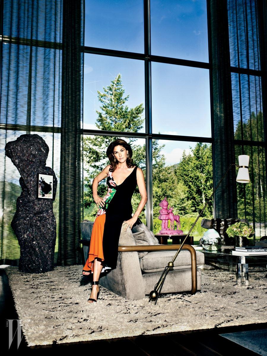 도발적인 작품을 선호하는 미술품 컬렉터 앨리슨 캔더스의 왼쪽에는 레이철 해리스의 '이렇게 걷는다(2007)', 오른쪽에는 폴 매카시의 '미미(2006~2008)'가 놓여 있다. 드레스는 스텔라 매카트니 제품.