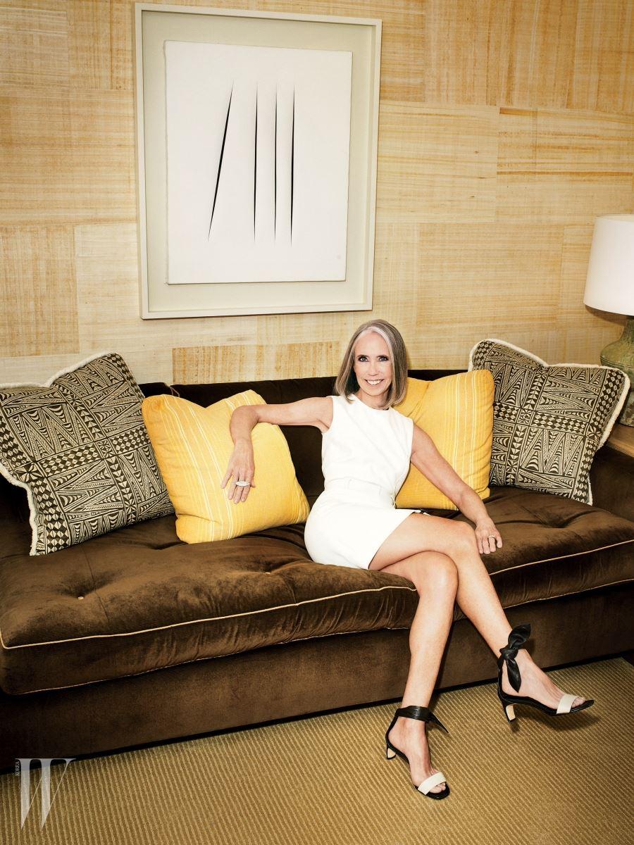 루치오 폰타나의 '콘체토 스파지알레, 아테세(1966)' 앞에서 포즈를 취한 톰 포드 인터내셔널과 소더비 이사회 회장의 아내 엘레노어 데 솔레. 드레스는 톰 포드 제품.