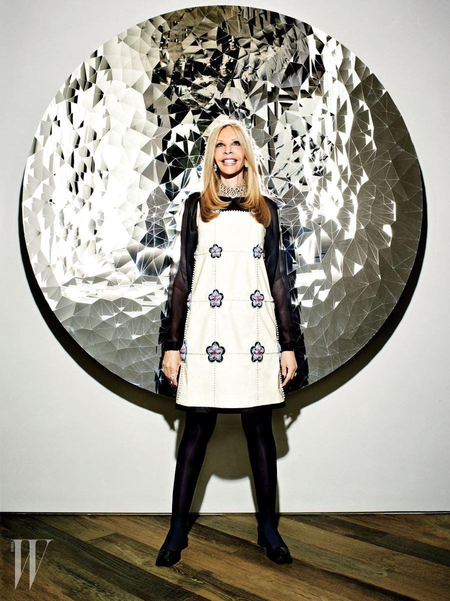 애니시 커푸어의 '무제(2013)' 앞에 선 테라피스트이자 수집가인 제인 네이선슨. 드레스는 샤넬 제품.
